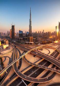 """""""El centro de la puesta del sol""""  Dubai es la ciudad más poblada de los Emiratos Árabes Unidos. Se encuentra en la costa sureste del Golfo Pérsico y es uno de los siete emiratos que conforman el país. Abu Dhabi y Dubai son los únicos dos emiratos para tener poder de veto sobre los asuntos críticos de importancia nacional en la legislatura del país. La ciudad de Dubai está situado en la costa norte del emirato y dirige el Dubai-Sharjah-Ajma"""