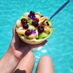 This melon fruit bowl  (made with the sweetest melon I've ever tasted from @albertheijnbelgie) and the tropical weather in Belgium this week give me an instant summer vacation feeling... too bad I can only enjoy this for 10 minutes before i have to go back to my desk to study  .  .  .  .  #studentlife #unilife #studybreak #30degrees #swimmingpool #melon #fruitbowl #melonfruitbowl #flowers #tropical #blogger #belgianblogger #instagrammer #instgramblogger #igers #vsco #vscocam