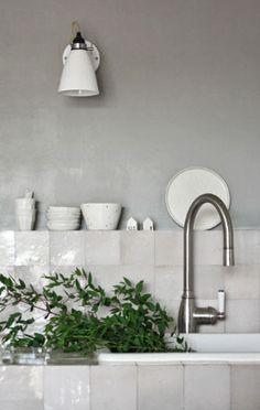 Carreaux nacrés et Petit muret - bonne idée à la place d'une grande étagère.  #white #kitchen #tiles