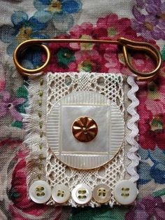 fabric & button flag kilt pin, could be made to use as a pendant for necklace? Jewelry Crafts, Jewelry Art, Handmade Jewelry, Button Art, Button Crafts, Lace Button, Textile Jewelry, Fabric Jewelry, Safety Pin Jewelry