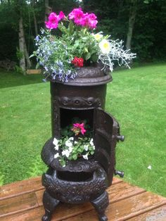 1906 old wood stove transformed into flower planter Patina reglorified by mixing olive oil with old stain and applying to entire planter with a soft cloth Gorgeous result Container Flowers, Flower Planters, Garden Planters, Old Stove, Antique Stove, Vintage Garden Decor, Most Beautiful Gardens, Beautiful Flowers, Garden Yard Ideas