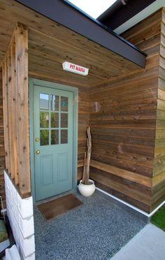 ネットで探して注文したアメリカ製の玄関ドア。ペンキは自分で。門灯は「PACIFIC FURNITURE」で購入し、PIT MANIAの文字を入れてもらった。 California Style, Windows And Doors, Coffee Shop, Facade, Entrance, Porch, New Homes, House Design, Architecture