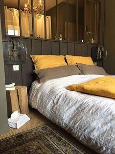 Pour une chambre à coucher apaisante, marier du jaune dense avec un camaïeu de teintes brunes.