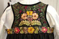 Hallingbunad fra Hovet i Hol Folk Costume, Costumes, My Heritage, Cute Designs, Norway, Floral Tops, Culture, Boho, Embroidery