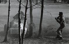 Valokuvaaja sai ravat päälleen, kun kilpa-auto päätyi koivikkoon. Kuva on vuodelta 1948. Kuva: HS   Lue juttu: Eläintarhan ajot olivat suuri keväinen kansanjuhla. Radan ääreen tultiin perhekunnittain eväiden kanssa.