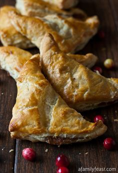 TURKEY & STUFFING TURNOVERS.. these are so tasty and a great on the go food too.. gotta love those Irish for developing a way for workers to carry a lunch in one hand with meat and potato's pies which the cornish call 'pasties'.. thats's not pasties as in the word pay, its pasties as in the word past.