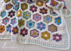 (Crochet) I finished the baby blanket with the African Flower motif… Finalmente terminé la manta para bebé con la Flor Africana… . Crochet Bebe, Knit Crochet, Crochet Hats, Crochet Afghans, Crochet Ideas, Crochet African Flowers, Crochet Flowers, Plaid, Quilts