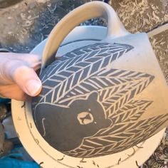 Images Ceramics pottery videos Style Pottery carves a sgraffito bear mug. Terrific Images Ceramics pottery videos Style Pottery carves a sgraffito bear mug. Pottery Tools, Pottery Mugs, Ceramic Pottery, Pottery Art, Glazes For Pottery, Sgraffito, Ceramic Techniques, Pottery Techniques, Glazing Techniques