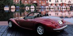 ... die in etwas skurriler Weise Ähnlichkeiten mit historischen britischen Autos aufweisen. Besagter Roadster ähnelt zum Beispiel entfernt dem Jaguar XK 120 aus den 1950er-Jahren.
