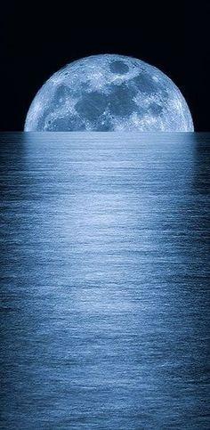 La luna emergiendo del mar, donde esta refleja su color azul #luna #mar #azul