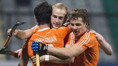 Billy Bakker wordt gefeliciteerd door Constantijn Jonker en Robbert Kemperman NL wint finale WHL