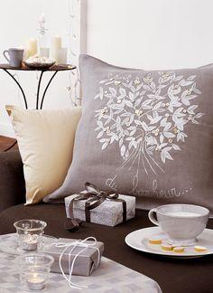Un coussin peint de feuilles blanches