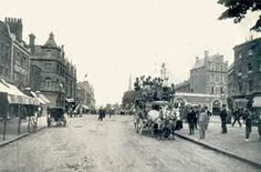 Clapham High Street, Clapham, 1908 Clapham High Street, looking north-east with a horse-drawn Clapham Omnibus in the foreground. The high street today is a patchwork of old and new: Georgian cottages, Victorian terraces and century office blocks. Victorian London, Victorian Terrace, Vintage London, Old London, London Pictures, London Photos, Old Pictures, Old Photos, Vintage Photos