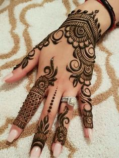 Mehndi henna designs are always searchable by Pakistani women and girls. Women, girls and also kids apply henna on their hands, feet and also on neck to look more gorgeous and traditional. Pretty Henna Designs, Finger Henna Designs, Beautiful Mehndi Design, Mehndi Designs For Hands, Henna Tattoo Designs, Henna Mehndi, Mehndi Mano, Henna Tattoo Hand, Mehendi