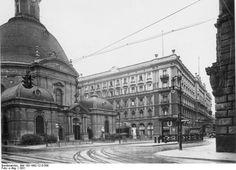 Die Dreifaltigkeits Kirche, Blick aus der Mohrenstraße nach Westen auf den Zietenplatz mit dem Hotel Kaiserhof im Hintergrund. Berlin, 1931. o.p.
