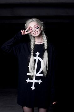 Pinterest: ρσяcєℓαιиIV Beautiful pale girl , white hair , goth / nu goth outfit. Sexy skinny legs !