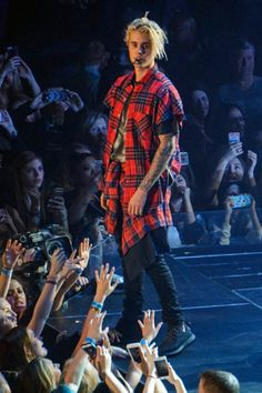 See what music's biggest stars including Justin Bieber, Ellie Goulding and Rihanna are wearing during their tours. Justin Bieber Outfits, Justin Bieber Style, Justin Bieber Pictures, Justin Bieber Lockscreen, Justin Bieber Wallpaper, Celebrity Shoes, Celebrity Outfits, Drake Photos, Haha