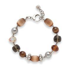 eonardo Armband Classy. Das Armband ist mit Edelstahlaccessoires, facettierte Kristallperlen, gelüsterte, geschliffene Farbglasperlen, Cat Eye-Perlen und Imitationsperlen besetzt.