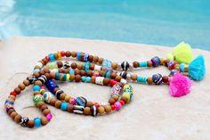 Color me HAPPY!! Diese One of a Kind, lange Stammes-Quaste Halsketten werden Ihre Go-to-Zubehör alles sonnig-Sommer-Strand-Lovin  lang. :))  Sie verfügen über indische Sandelholz Perlen 8mm mit vielen bunten afrikanischen Pulver Kursen Glasperlen, zusammen mit einigen tschechischen Neon Perlen, äthiopische Silber Metall Gebetskette, Batik-Knochen-Perlen, Straussenei-Heishi Perlen und so ziemlich alles, was ich denken konnte, zu werfen. Es gibt drei hellen farbigen Mini-Quasten hinzugefügt…
