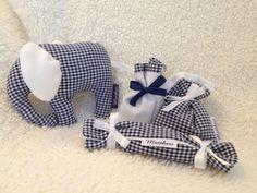 Geboorte: doopsuikerzakjes, doopsuiker rolletje/knisperdoekje, knuffelolifantje. De naam van het baby'tje wordt telkens gedrukt op het labeltje.