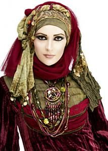 Hijab brings a lot of grace and style in the personality of women. I can literally quote live examples of a number of women who look absolutely amazing in Hijab Muslim Girls, Muslim Women, Muslim Brides, Arab Women, Modern Islamic Clothing, Costume Tribal, Gypsy Costume, Wedding Hijab Styles, Hijab Stile