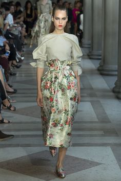 I could pin every look from this collection, everything is so beautiful. Carolina Herrera Spring 2017 Ready-to-Wear Collection Photos - Vogue New York Fashion, Fashion 2017, Love Fashion, Runway Fashion, Spring Fashion, High Fashion, Fashion Show, Womens Fashion, Fashion Design