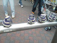 江ノ島駅のガードにくっついてる鉄の鳥。誰が編んであげたんだろ?