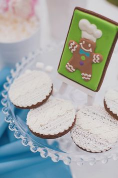 Beth of The Way The Cookie Crumbles designed the prettiest white cable knit inspired gingerbread cookies to go with the cable knit cake desi...