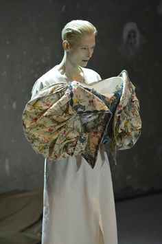 "Tilda Swinton ""The Impossible Wardrobe""  AU BON MARCHÉ, CORSAGE DE CLÉO DE MÉRODE, VERS 1900 COLLECTION GALLIERA"