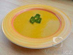 Recept na voňavou krémovou polévku z červené čočky, brambor, rajčatového protlaku a kurkumy.