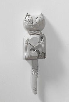 Daniel Arsham, White Selenite Eroded Cat Clock, Selenite e Hydrostone, 2016, Galerie Perrotin