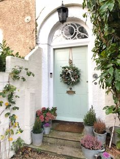 Most Popular Ways To Outside Decor Front Entrance 29 Victorian Terrace House, Victorian Townhouse, Victorian Door, Victorian Homes, Cottage Front Doors, Cottage Porch, House Front Door, Front Door Design, Front Door Decor