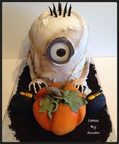 Mummy Minion cake Minion Halloween, Halloween Birthday, Halloween Torte, Halloween Goodies, Scary Halloween, Happy Halloween, Single Tier Cake, Holiday Cakes, Cake Creations