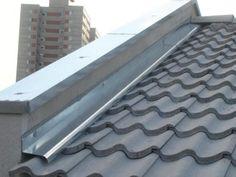Rufo (rufo interno) entre parede e telhado e algerosa (ruto tipo pingadeira) sobre a platibanda.