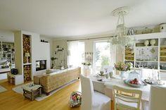 Dva v jednom: Ratanová sedačka tvorí akúsi optickú hranicu medzi jedálenskou a obývacou časťou. Zároveň si na nej domáci radi vychutnávajú pohľad na blkotajúci oheň.