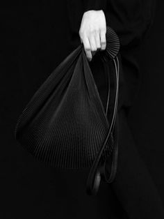 With a stunning Autumn/Winter collection Slava Varsovia returns to its idiosyncratic focus on black and white tones after a little detour to cre. Black Handbags, Leather Handbags, Fashion Bags, Fashion Accessories, Black Edition, Small Leather Goods, Shopper Bag, New Bag, Leather Design