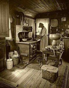 Old Time, Old Fashioned, Vintage Recipes from the Haunted Kitchen! Antique Photos, Vintage Pictures, Vintage Photographs, Old Pictures, Old Photos, Victorian Interiors, Victorian Homes, Old Kitchen, Vintage Kitchen