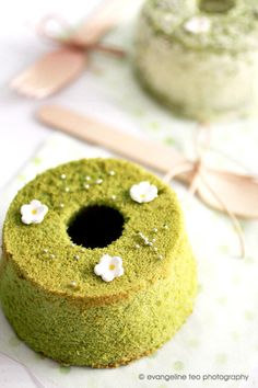 matcha mini chiffon cakes [these look so cute; i love moist and springy chiffon cakes]