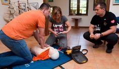 Pierwszej pomocy uczymy wg wytycznych American Heart Association (AHA).