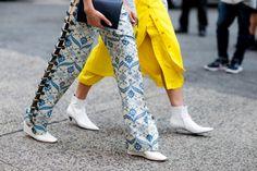 Passi immacolati Le scarpe bianche sono il nuovo trend che si ispira agli anni '60. L'abbiamo visto sfilare da Courreges e Céline l'ha declinato in vari modelli. Nella foto ha il tacco basso e sottile e una punta sottilissima #nyfw #trend #white #colortrend #shoes