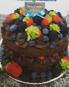 Massa de licor de chocolate com recheio de chocolate belga e frutas vermelhas. Pedidos pelo wats 17 991996965