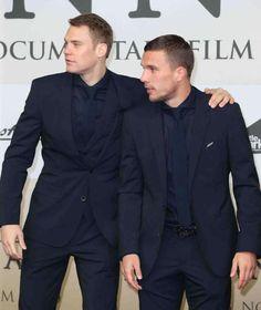 Manuel Neuer (l.) kam ohne weibliche Begleitung zur Premiere, machte aber an der Seite von Lukas Podolski eine gute Figur 10.11.14