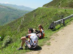 El #ciclismo en #Asturias es un deporte que se puede practicar y a la vez disfrutar de un #paisaje natural de gran belleza // #Cycling in #Asturias is a sport that you can practice while enjoying the beautiful natural #landscape Paraiso Natural, Land Scape, Spain, Beautiful, Instagram Posts, Nature, Travel, Paths, Biking