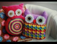 crochet owl cushion:: pattern for circle guy Crochet Owl Pillows, Crochet Cushion Pattern, Crochet Owls, Crochet Home, Cute Crochet, Crochet Animals, Crochet Crafts, Crochet Projects, Diy Crafts