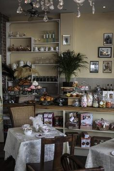 Gallery : Betty Blythe in London for a style afternoon tea! Picture Room Decor, Tea Room Decor, Vintage Tea Rooms, Food Business Ideas, Coffee Room, Shabby Chic Antiques, Tea Art, Shop Interior Design, Afternoon Tea