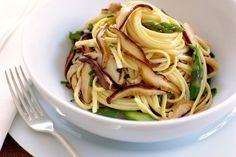 Supersnel; linguine met shiitake en groene asperges