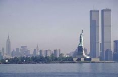 World Trade Center is dedicated in 1973 - NY Daily News - G.D - Urlaubsorte World Trade Center Nyc, Trade Centre, Manhattan Skyline, New York Skyline, Illuminati, City That Never Sleeps, City Lights, Statue Of Liberty, New York City