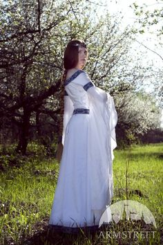 I was seriously born in the wrong time period. I wonder what my husband would think if I wore this around the house? Medieval Fantasy Wedding dress White Swan