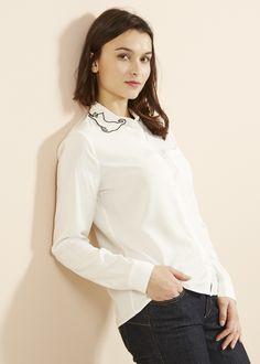 Chemise unie à manches longues et coupe basique. Chemse léger et délicate à porter. La touche unique de la chemise est apportée par les broderies en chat au niveau du col.