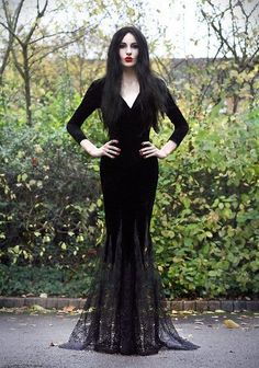 Sexy, like Morticia Addams from the The Addams Family Costume Halloween, Halloween Men, Halloween Makeup, Halloween Halloween, Halloween Costumes Women Scary, Group Halloween, Halloween College, Diy Vampire Costume, Horror Movie Costumes